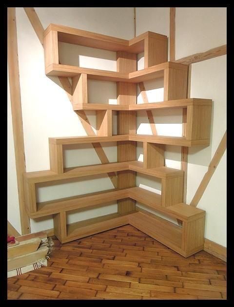 półka na książki w kącie