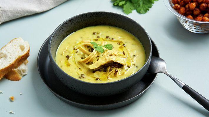 En deilig indisk hønsesuppe, med massevis av karri og linser. Du husker den kanskje fra Grevinnen og hovmesteren? Grevinnen foretrekker suppen med sherry i glasset.
