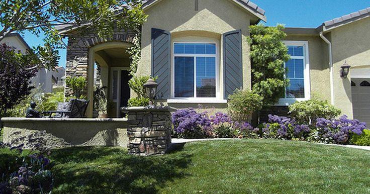 Paisagismo e jardinagem no jardim da frente da casa. A primeira impressão é o que faz sua casa parecer convidativa e atraente quando vista da rua. O embelezamento do quintal com jardins e elementos de paisagismo aumenta o valor de sua casa e deixa você mais orgulhoso de sua propriedade.