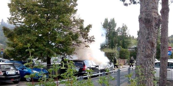 Collestrada, quattro auto in fiamme nel parcheggio del centro commerciale