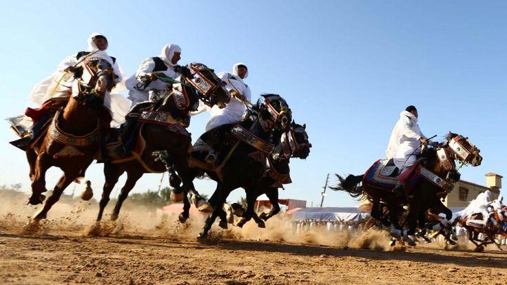 Libische mannen in traditionele kledij rijden op paarden tijdens een bruiloft in Tajura, een voorstad van de hoofdstad Tripoli.
