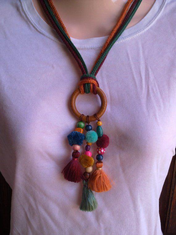 Collar hecho con abalorios y aro de madera y borlas de diferentes colores. El largo es de cordón de 3 colores. Muy ligero y favorecedor. Ver otros mo