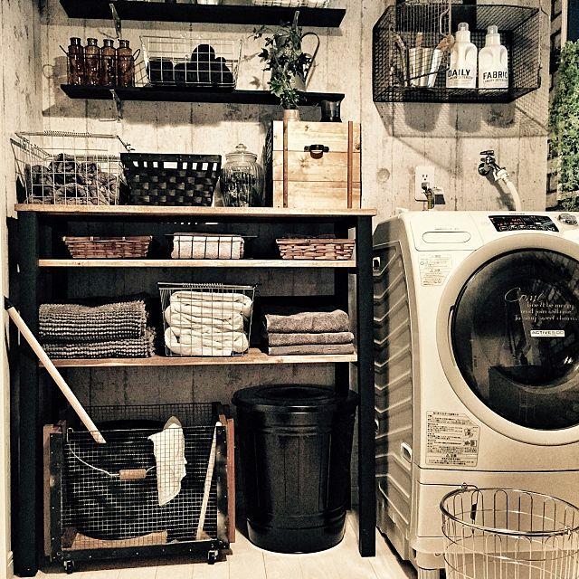 洗面所って、実にしまうものの種類が多い場所なんです。洗濯洗剤や物干し、タオル、石鹸類、お風呂グッズ、スキンケア、ヘアケア用品、バスケット、お掃除用品などなど、洗濯、お風呂、身支度で使うグッズはみんな、洗面所に収納したいものばかりですよね。洗面所の壁面を有効利用して、キレイに賢く整理整頓しましょう!