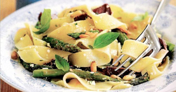 Παπαρδέλες με σπαράγγια, μυρωδικά και cottage τυρί