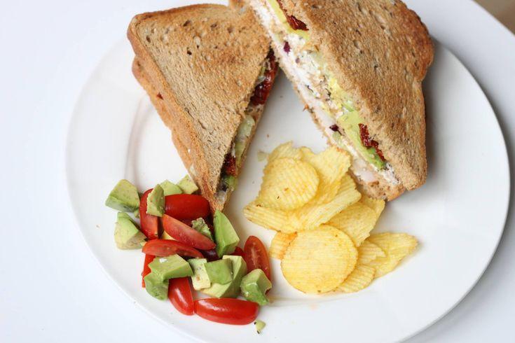 Recept: club sandwich met geitenkaas, avocado en zongedroogde tomaat
