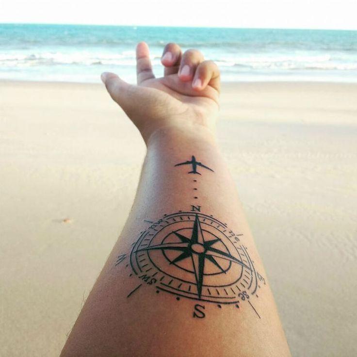 tatouage voyage avant-bras- rose des vents et avion