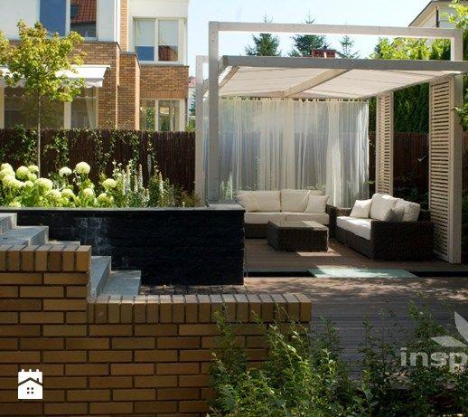 Ogród nowoczesny w Wilanowie - Średni taras z tyłu domu, styl nowoczesny - zdjęcie od Studio projektowe INSPIRACJE