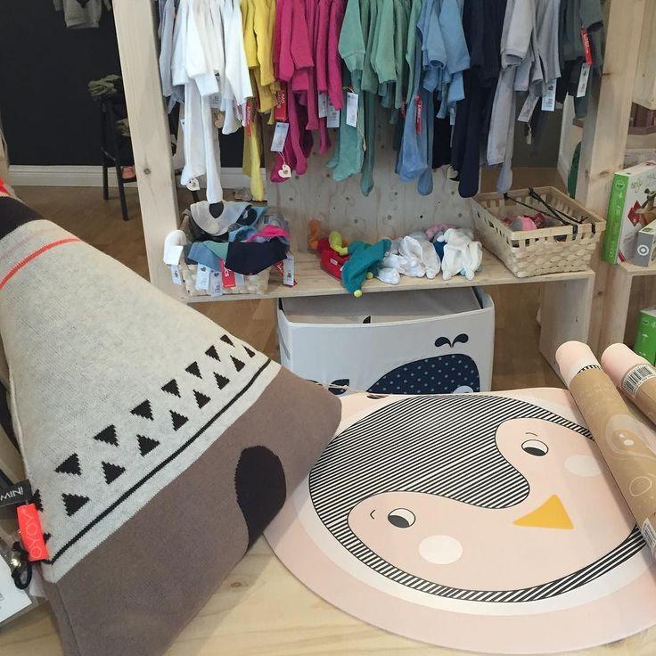 Hat jemand kleckernde Kinder?  Da hilft das Kinder-Tisch-Set mit dem süßen Pinguin von OYOY. Das ist zumindest abwaschbar... Auch toll: das Wigwam-Kissen für's #Kinderzimmer. #danishdesign #scandinaviandesign #oyoy #pinguin #tipi #wigwam #interiordesign #baby #Schöneberg #Berlin #Babyladen Erhältlich bei www.kleinefabriek.com.
