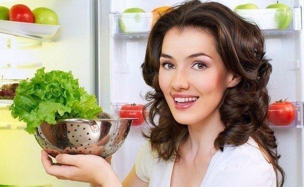 Как правильно хранить продукты 1. Если хранить лук в колготках, он не будет портиться до 8 месяцев.   2. Храните резанный зеленый лук в морозилке в пластиковых  бутылках. Только убедитесь, что лук абсолютно сухой, прежде чем засыпать его в бутылку.  3. Следуйте этим правилам, что хранить при комнатной температуре, а что – в холодильнике.  1. При комнатной температуре: авокадо, абрикосы, бананы, цитрусы, чеснок, киви, дыни, нектарины, лук, груши, персики, сливы, ананасы, картофель.   2. В…