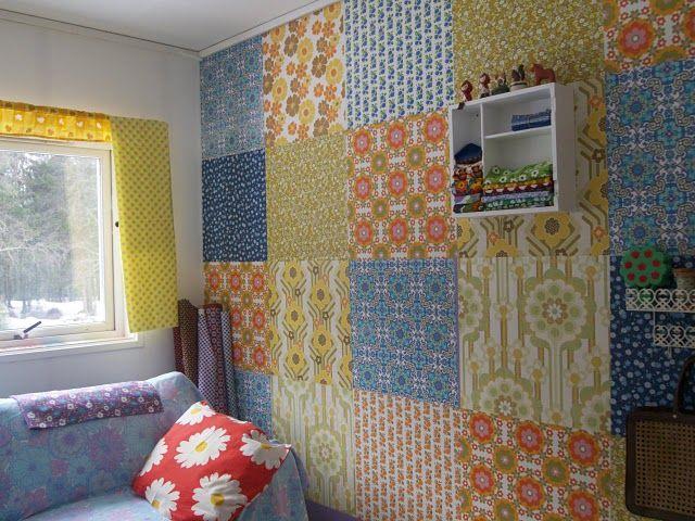 Revestimento mosaico de tecido adesivo: A parede desse ambiente foi revestida de tecido adesivo, formando um grande mosaico.