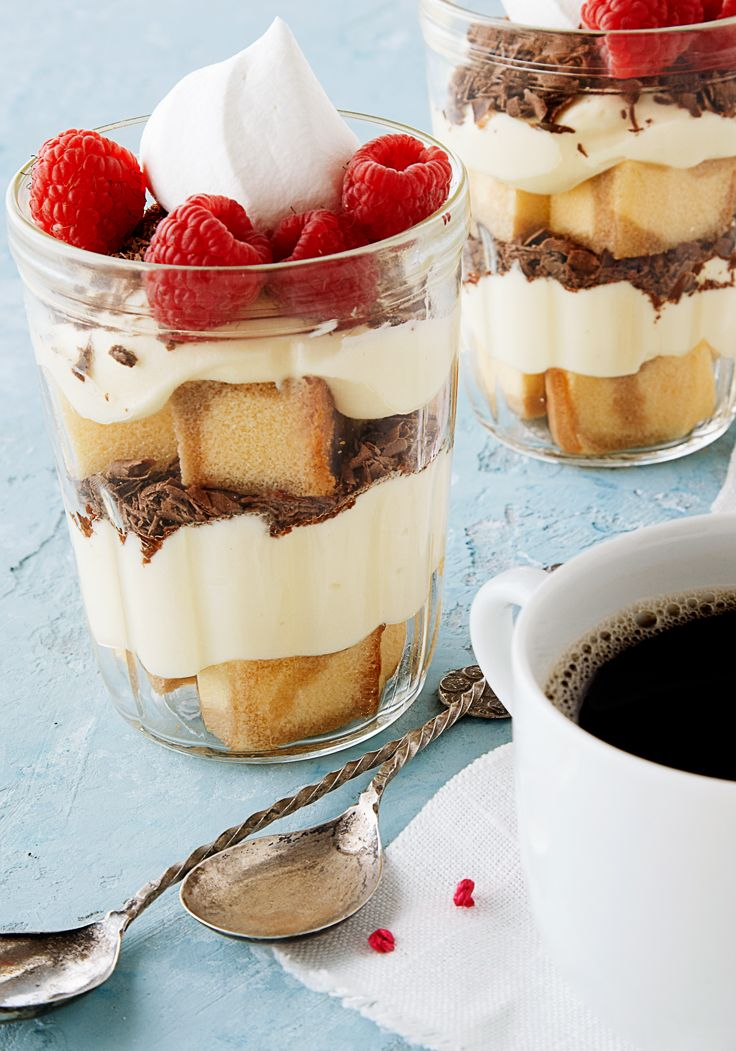 Tiramisú en frascos- Este postre está lleno de capas de sabor, el pudin de chocolate, y las frambuesas hacen un postre delicioso.