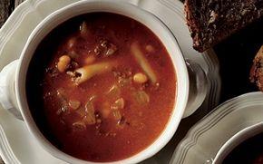 Oksekødssuppe med pasta Hurtig og nem opskrift på en dejlig, fedfattig suppe med hakket oksekød, pasta og kvark. En suppe, som smager lækkert og varmer dejligt på en kold dag.