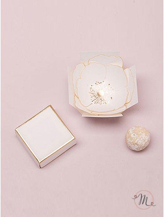 Box rosa luxury. Scatolina bianca con finiture color oro che racchiude tutto il suo segreto al suo interno;  basta togliere il coperchio per scoprire un fiore romantico e pregiato. Ideali come segna posto e/o segna tavolo o portaconfetti o bomboniera. Misure: 5cm (L) x 5cm (W) x 5cm (H).  Ordine minimo 10 pezzi e multipli di 10. In #promozione #bomboniere #matrimonio #weddingday #ricevimento #wedding #sconti #offerta #box #portaconfetti #segnaposto