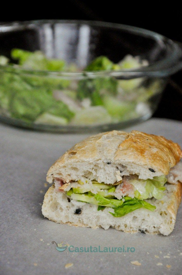Un sandwich yummmiiii cu chifla ciabatta si salata verde cu peste afumat
