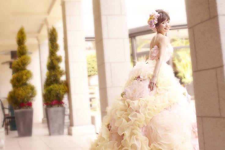 【THE HANY 2014 リディアーヌ】スカートはフロントとバックでデコレーションの違うバイカラーになっており、花嫁の幸せを願いながら図案を考えたオリジナルのアジアエンブ加工が使用されています。