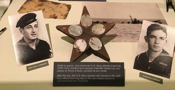 Embarqués sur l'USS Corry, Peter Fiordelisi, Warren Milard, William Shute, Elmer Stockton et William Vaugham, (cinq marins) nouèrent de profonds liens d'amitiés. Ils survécurent aux événements dramatiques de ce 6 juin 1944. A la fin de la guerre, ils fabriquèrent cette étoile à cinq branches en bois pour y fixer leurs plaques d'identité.