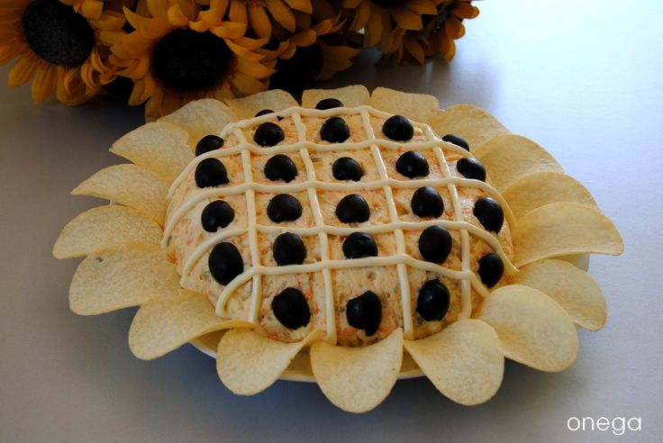 Esta ensaladilla es muy conocida en los foros de cocina y blogs gastronómicos. Por si queda alguien que no conozca esta manera tan original de presentarla y decorarla , aquí os la muestro. Hay tant…