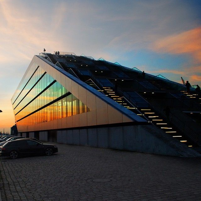 #dockland #elbe #hamburg #hafen #hanse #sunset #sonnenuntergang #farben #farbenspiel #himmel #hobby #hobbyphotographer #photographer #photooftheday