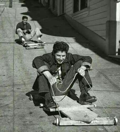 Monopattino di legno con rotelle fatte coi cuscinetti delle macchine.giochi degli anni 50/60