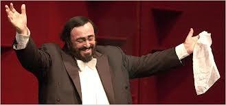 Luciano Pavarotti, – meine Lieblingspose. Arme aus, Taschentuch in der linken Hand. …