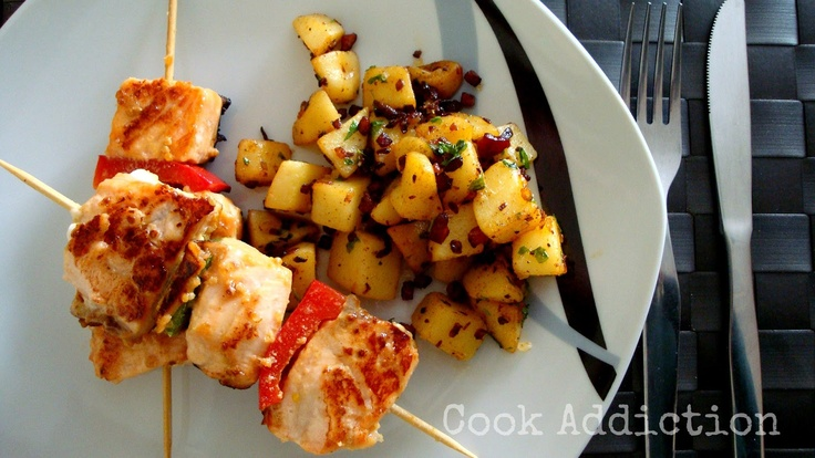 Espetadas de salmão & batatas salteadas com bacon