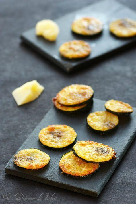 Chips de courgettes au parmesan     2 courgettes bien fermes (250 g environ) ou 4 petites      100 g environ de Parmesan ou de Grana fraîchement râpés     Huile d'olive poivre                                                                                                                                                                                 Plus