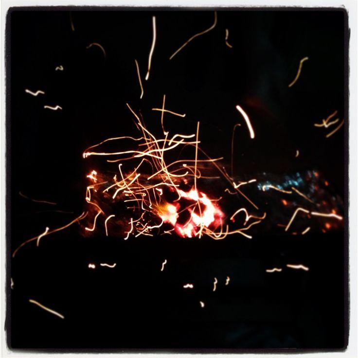 Gece mangal rakı: kıvılcımlar, havai fişekler gibi gecenin gökkuşakları