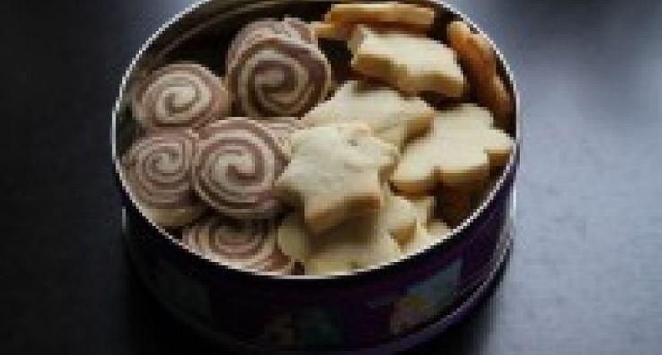 Azért szeretjük ezt a receptet, mert gyorsan, kevés alapanyagból igazi, rögtön omlós kekszet készíthetünk vele. A tészta egyik felébe kakaót is teszek, így variálni lehet a formákat.