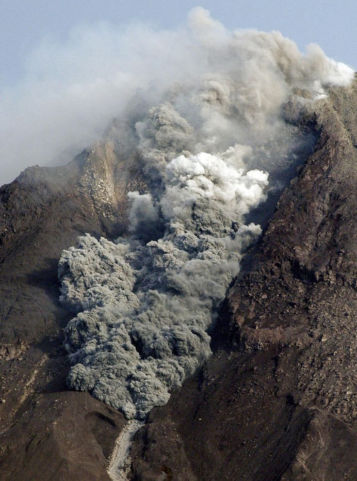 2010.10.29 - Mount Merapi releases a pyroclastic flow during eruption as seen from Deles, Central Java, Indonesia. There have been no new reports of injuries or damage. (AP Photo)