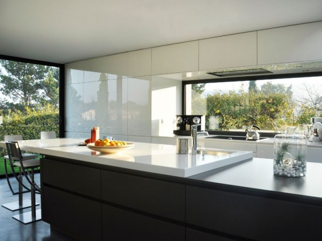 Pour rendre cette cuisine ouverte la plus discrète possible, le cuisiniste aixois Artek a fait le choix de la sobriété des lignes et des matériaux. Il en résulte une réalisation d'une grande ... #maisonAPart