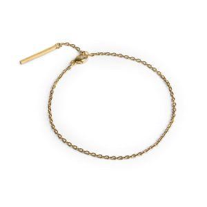 Ankarkedja armband i förgyllt silver. Armbandet finns i storlekarna 15,5 cm och 17 cm och består av en ankarkedja som knäpps med ett karbinlås. För att göra smycket personligt kan man hänga i en liten berlock.