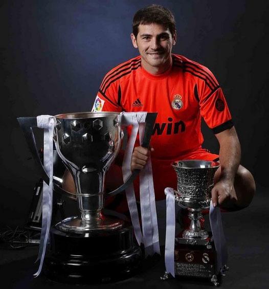 Foto: Iker Casillas con los dos trofeos más recientes del Real Madrid