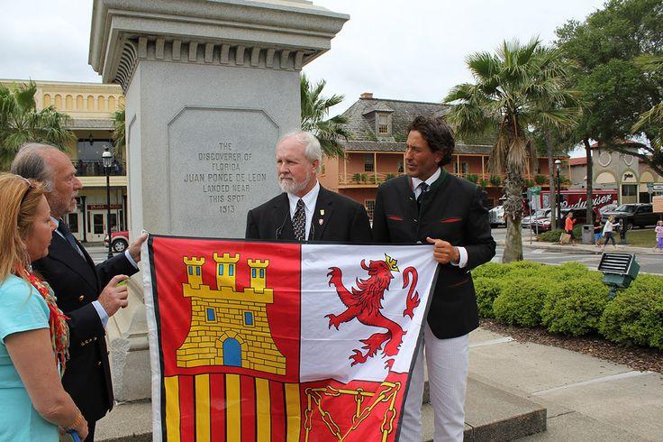 Alvaro con el Alcalde de San Agustín FLORIDA   Sr Joe Boles  al que entrega el Tajamar de la Armada Española  frente al Monumento a Ponce de León que se encuentra en San Agustín