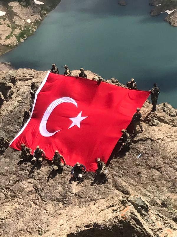 Hakkari'nin 3 bin 200 rakımlı İkiyaka Dağları'nı PKK'lı teröristlerden temizleyen Mehmetçik, dev Türk Bayrağı açtı. ...