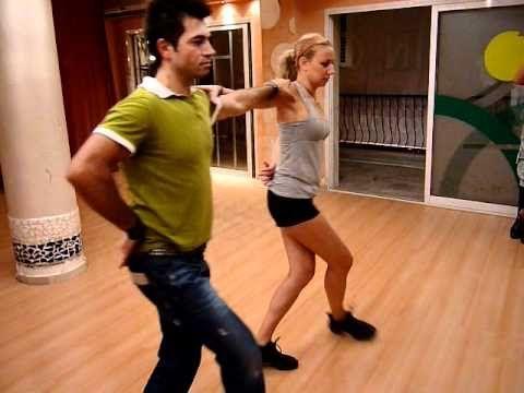DK, Άρτεμις, Ηλέκτρα & Ανναλίνα μας μαθαίνουν τα πρώτα μας βήματα σε έναν απο τους πιο χαρακτηριστικούς ελληνικούς χορούς!! Βασικό βήμα στο ΧΑΣΑΠΙΚΟ!