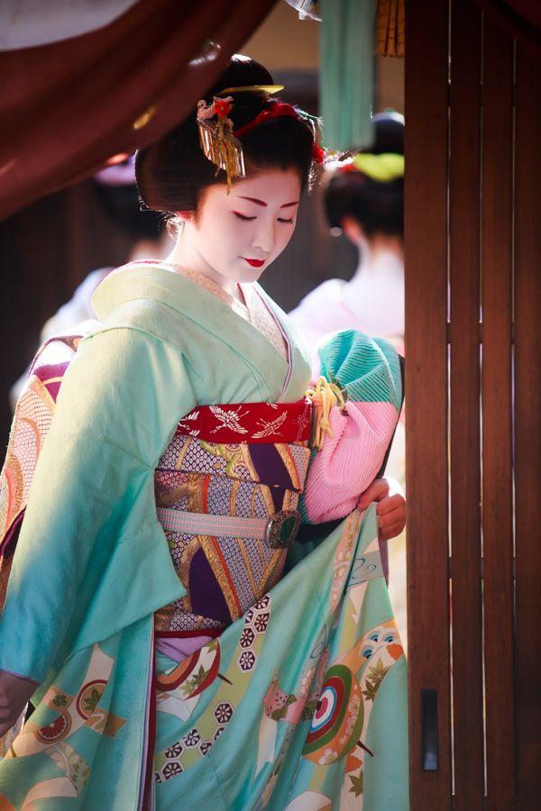 毎年、1月の13日は祇園甲部の芸舞妓さんが、京舞のお師匠さん井上八千代さんのお家に挨拶に来られます。 祇園甲部のオールスター勢ぞろいで、凄く見ごたえがあ...