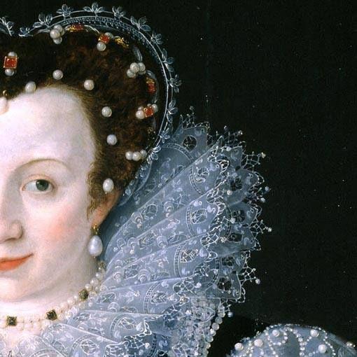 Particolari di opere 3. Marcus Gheeraertes il Giovane: Ritratto di donna sconosciuta. Olio su tavola, del 1595. Tate Britain, Londra. Cosparsa di perle, la bella signora: attaccate alla gorgiera tutta in sottile e rigido pizzo, sui capelli, da sole o assieme a pietre preziose, ma anche al collo e all'orecchio e non solo, perle anche a profilare tutti i disegni dell'abito. Il sorriso della Lady potrebbe essere dovuto al suo avanzato stato di gravidanza.