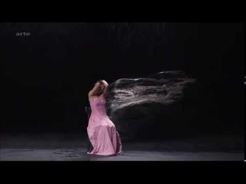 de danseres valt heel erg op vanwege de lichte kleur van haar jurk. Deze lichte kleur van de jurk steekt mooi af tegen het donkere decor