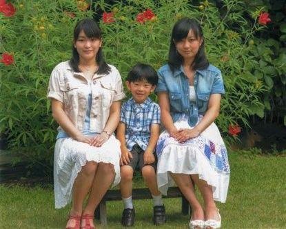 His Imperial Highness Prince Hisahito of Japan and his older sisters Princess Mako and Princess Kako - 09/2012