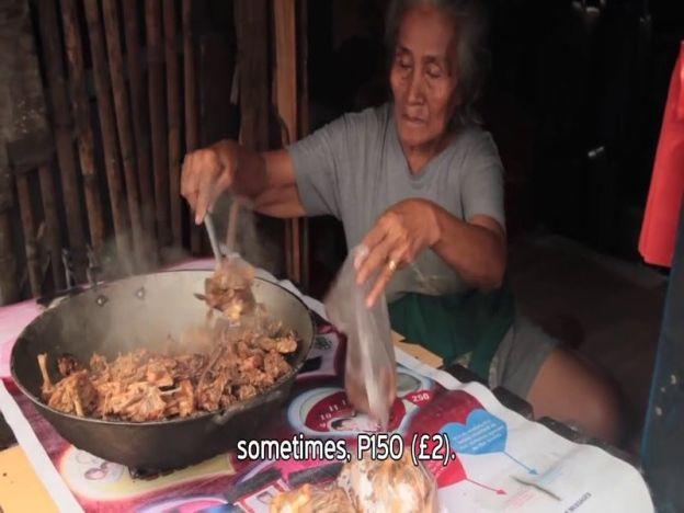 Demi kelangsungan hidup kami terpaksa makan ayam sampah sisa buangan dari restoran makanan segera   DEMI kelangsungan hidup rakyat miskin di Filipina terpaksa menjadikan ayam sampah sebagai menu harian mereka.  Ayam sampah atau dalam bahasa Tagalog dikenali sebagai pagpag ianya diperolehi hasil daripada sisa buangan ayam dari restoran segera.  Demi kelangsungan hidup kami terpaksa makan ayam sampah sisa buangan dari restoran makanan segera  Golongan miskin ini akan menggeledah tempat…