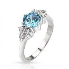 Prsten z oceli - vystouplý modrý zirkon uprostřed a čiré kameny