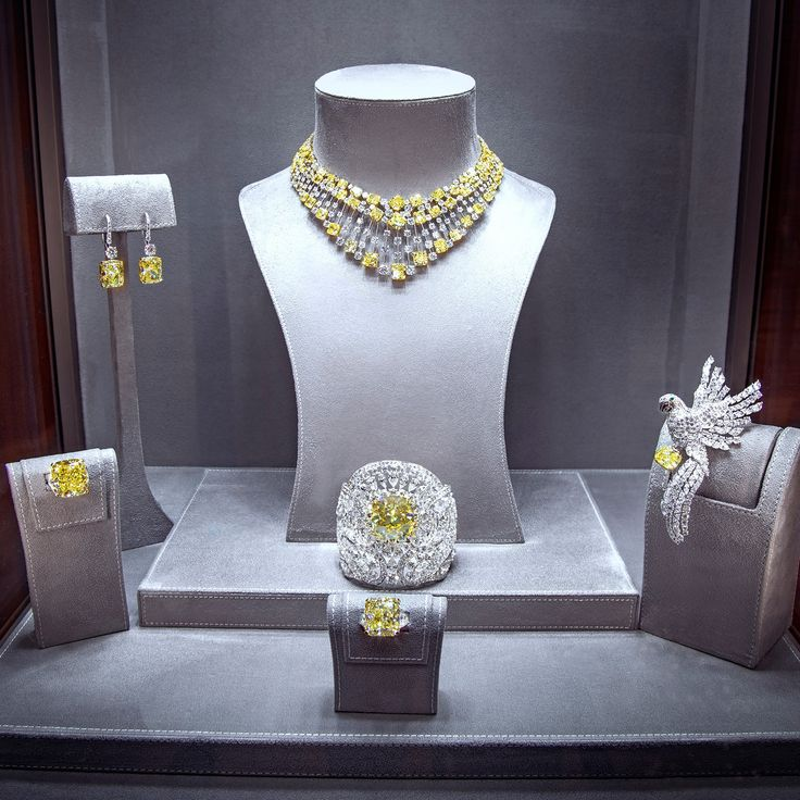 By Aiyer Graff Diamonds Yellow Splendour A Selection Of The World S Most Fabulous White Diamond Jewellery Creations