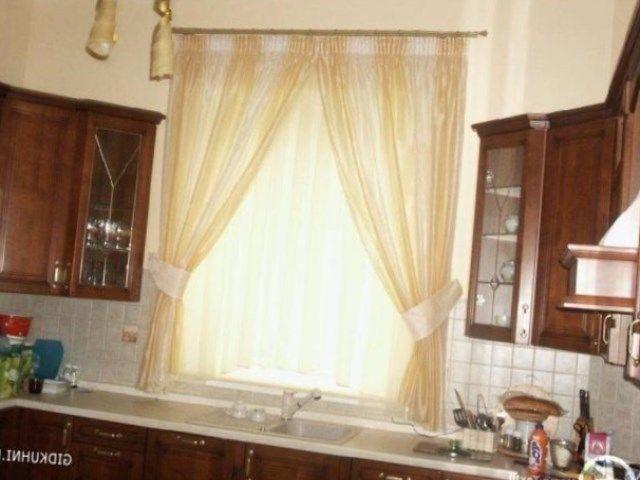 Длина такой шторы и тюли на кухне может быть любой, по подоконник, чуть ниже или прямо в пол, также принято свободно драпировать легкую ткань на окне.
