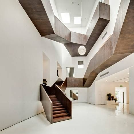 We love the use of dark wooden stairs blended with white walls in this amazing interior. #design #inspiration