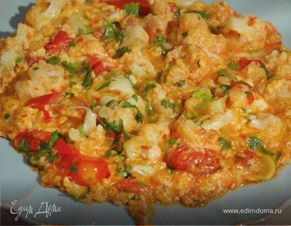 Омлет с помидорами и цветной капустой . Ингредиенты: яйца куриные, капуста цветная, помидоры консервированные в собственном соку