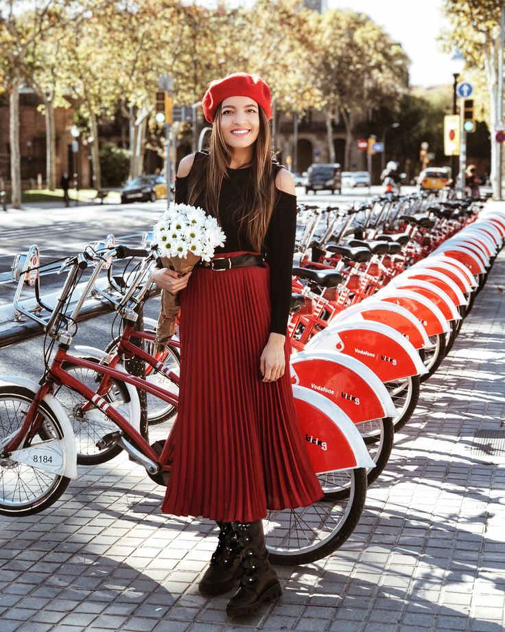 Red pleated skirt and beret // Barcelona