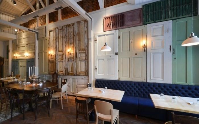 Más de 200 puertas recuperadas para este restaurante vintage de Bucarest. www.vintageblog.es