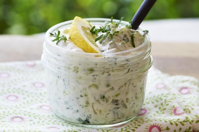 Tzatziki - En klassiker fra det greske kjøkkenet. Smaker deilig som ventemat og som tilbehør til grillmaten.