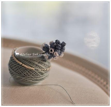 タティングレースでつくった立体的なムスカリのモチーフが完成しました。使用糸は、DMC 80番と100番の糸です。茎には DMC パールコットン12番の刺繍...