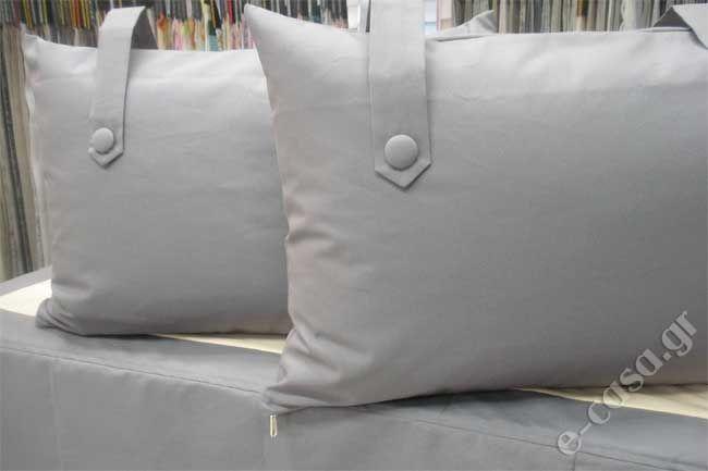 Κρεβατόγυρος με κουφόπιετες και ασσορτί μαξιλάρες με κουμπιά. Για τον κρεβατόγυρο χρειαζόμαστε 1,50 μέτρο ύφασμα και για την κατασκευή 15,00 ευρώ.